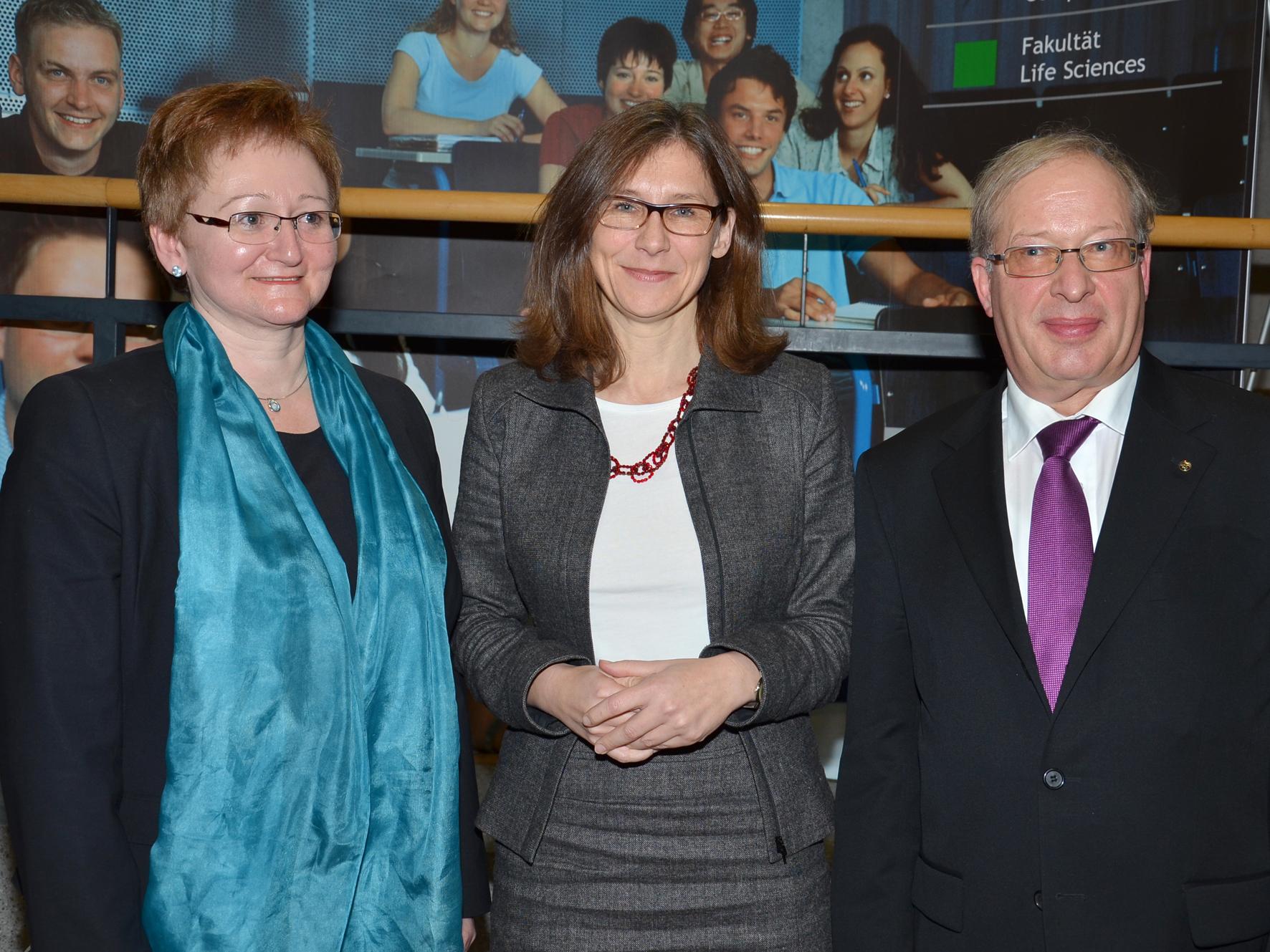 Ministerialdirektorin Dr. <b>Simone Schwanitz</b> dankte dem Ex-Rektor Prof. - Ministerialdirektorin-Dr-Simone-Schwanitz-dankte-dem-Ex-Rektor-Prof-Dr-Guenter-Rexer-und-wuenschte-der-neuen-Rektorin-Dr-Ingeborg-Muehldorfer-alles-Gute